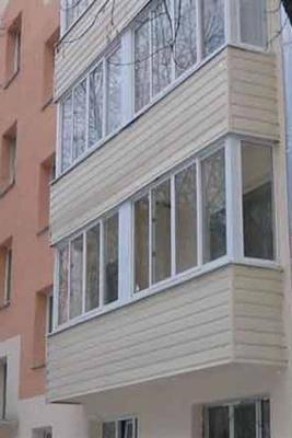 Отделка балкона с остеклением пластиковыми рамами в нижнем н.